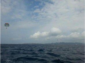 [沖繩島瀨底]感覺在水中的皮膚和空氣的天空!帕拉噴射過程[滑翔傘和船隻]