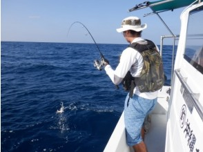 【沖縄北部・オクマ】地元漁師と一緒に沖縄の県魚グルクン(タカサゴ)釣り又は底物(そこもの)船釣りツアー
