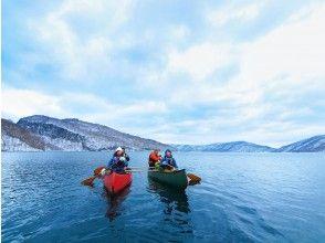 ネイチャーガイドと一緒に漕ぎ進む十和田湖ウインターカヌー