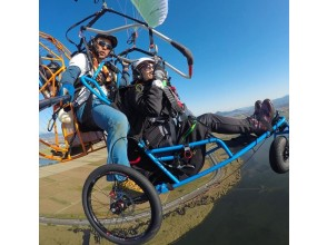 [Shiga Prefecture] Fly over Lake Biwa with a wheelchair Paragliding! Tandem flight experience (with free commemorative photo)