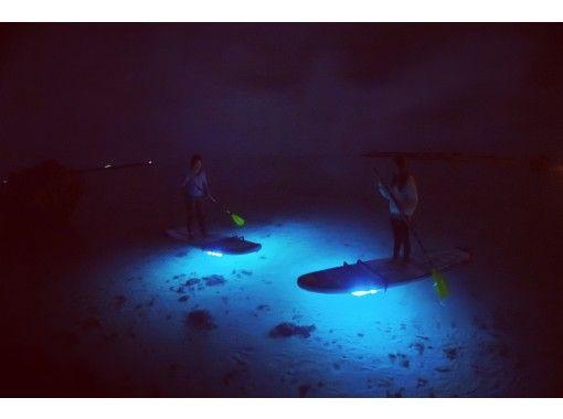 【沖縄本島・ナイトサップ・ガイド完全貸切】光るボードで水上散歩♪充実店舗でご案内♪神秘のツアー♪