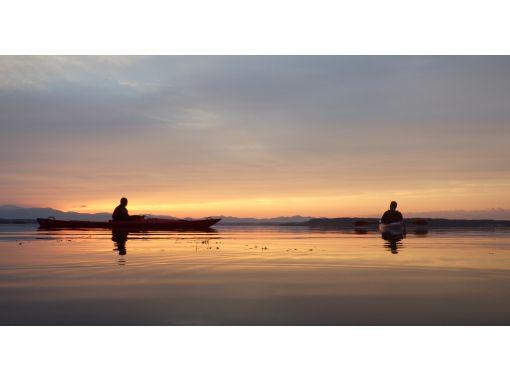 【青森・小川原湖】沈む夕日を望む、日常を忘れるひと時を。一組限定のプライベートカヤックツアー!の紹介画像