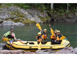 [Hokkaido Kamikawa Town] Family Rafting tour enjoyed in the rich nature of Daisetsuzan OK from 5 years old, river fun with the whole family