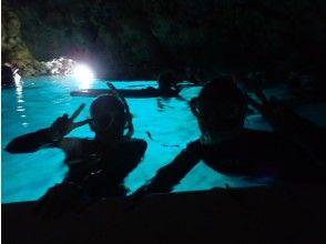 【沖縄・恩納村】ホテル空港無料送迎★完全スタッフ1組貸切!青の洞窟シュノーケル水中写真&餌付無料