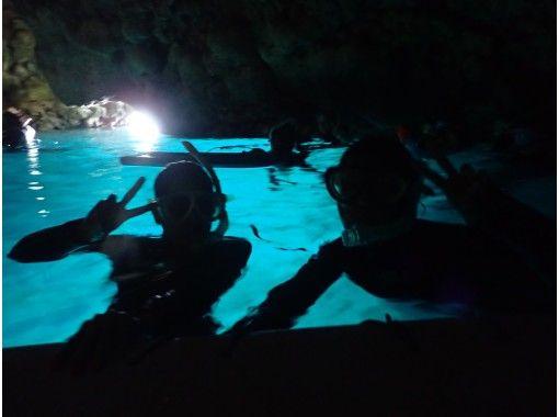 【沖縄・恩納村】ホテル空港無料送迎★完全スタッフ1組貸切!青の洞窟シュノーケル水中写真&餌付無料の紹介画像