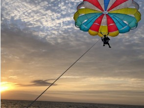 [From Chatan, Okinawa] Chartered Sunset & Parasailing For the best memories with couples and loved ones!