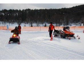 [出游活动中目标] [饭丰镇,山形机动雪橇体验和非凡的1晚2天的私人雪山·米泽牛寿喜烧晚饭