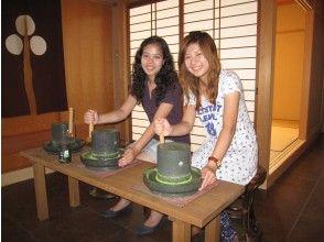 【京都・宇治】抹茶づくり体験(お菓子付き)、初心者やお子様でも簡単に体験できます。