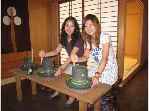 【京都・宇治】抹茶づくり体験(お菓子付き)、初心者やお子様でも簡単に体験できます。の紹介画像