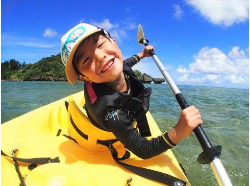 【沖縄・恩納村】(2才〜OK)(1グループ貸切り)シーカヤックの冒険&南国ホワイトビーチでシュノーケリング★拾った貝殻でアクセサリーも!