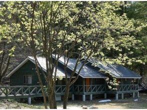 【秋田・鹿角】渓流を望むバルコニー付きの『森の隠れ家』
