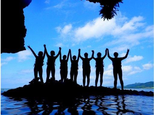 【沖縄・石垣島】青の洞窟探検!シュノーケリング+清流滝つぼトレッキング・半日コース(PLAN3)