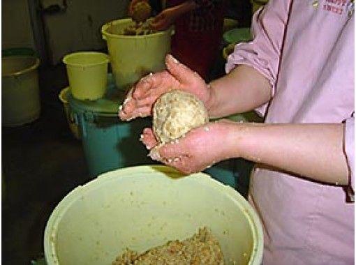 "[Hiroshima / Fuchu City] Experience making miso taught by craftsmen at the Fuchu miso brewer ""Honke Nakamuraya""の紹介画像"