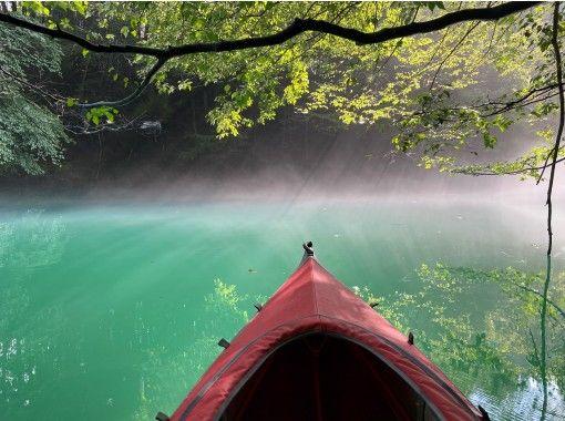 【群馬・吾妻】青い湖・四万湖で癒しの早朝カヌーツアー!1日の始まりを静かな湖で優雅に過ごしましょう♪