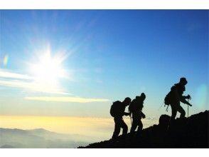 【新宿発】 充実の8大特典付!フリープラン富士山ツアー (吉田口ルート/八合目又は本八合目山小屋確約プラン) 302C