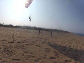 【鳥取砂丘でパラグライダー】砂丘から海を眺めよう!1日体験コースの画像