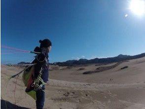 【鳥取砂丘でパラグライダー】プロと一緒に高く飛ぼう!タンデムフライト体験の画像