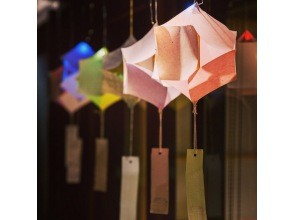 【石川・金沢】世界で一つだけのかなざわ風鈴づくり 築100年の金澤町家 全国各地の風鈴が天井一面に展示されてる不思議な空間で制作