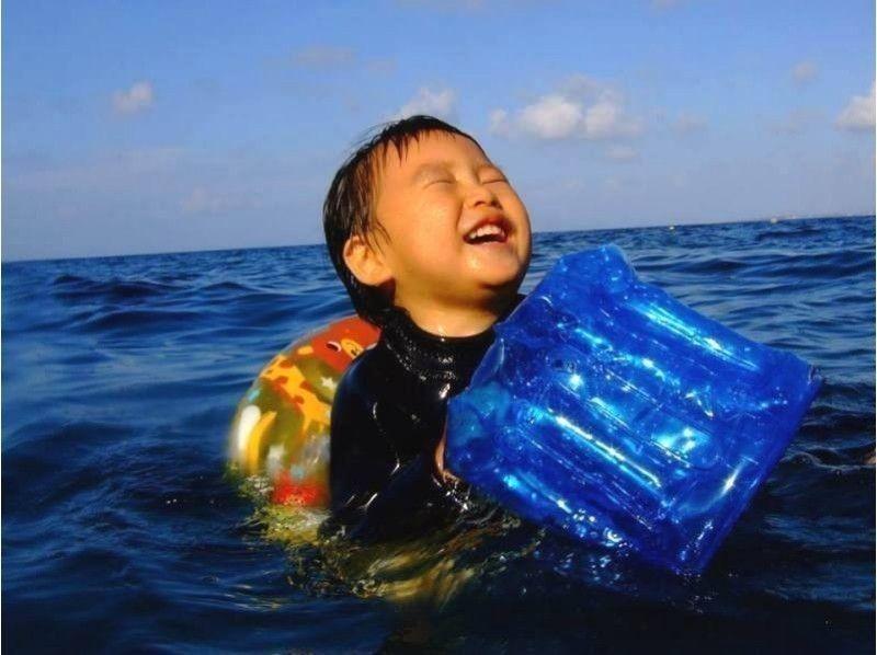 從[沖繩對特許] 1歲的孩子OK!未便洞穴聲音簡介形象。藍親子遊浮潛水[浮潛]