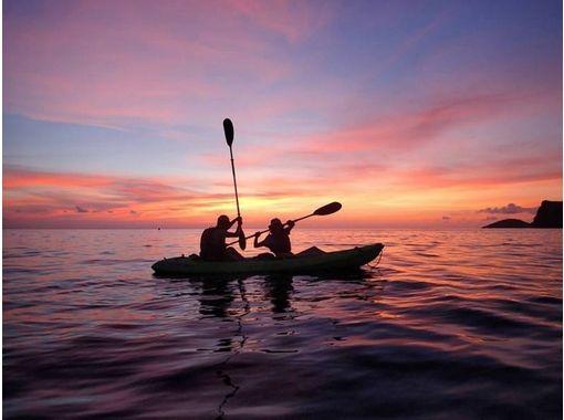 【小笠原】刻一刻と色彩の変わる夕凪の洋上をカヤッキング、サンセットプラン