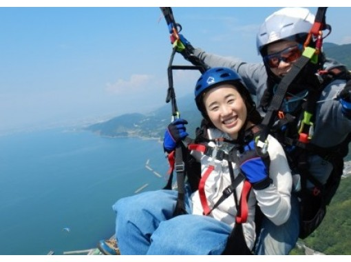 [Ehime/ Matsuyama]Paragliding experience-instructor and two-seater walk in the air from an altitude of 800m overlooking Iyo Pass!の紹介画像