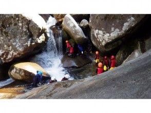 【愛媛・滑床渓谷】キャニオニングツアー欲張り1DAYコース【40m天然岩スライダー!】の画像