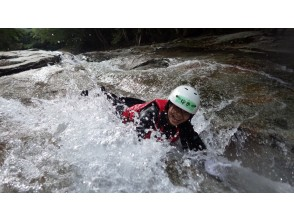 [Ehime Namerayuka valley] canyoning tour half DAY AM / [waterfall of Fuji lubricity of the best part] afternoon course