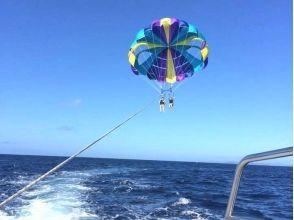 【沖縄・那覇】沖縄の海や島々を一望!初級パラセーリング体験(初心者・お子様向きコース)の画像