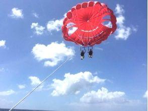 【沖縄・那覇】沖縄の美しい海、景色を眺めて優雅な時間を過ごす!パラセーリング体験(通常コース)の画像
