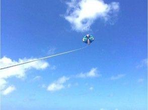 【沖縄・那覇】スリルと爽快感を楽しむ!パラセーリング体験(根性試しコース)の画像