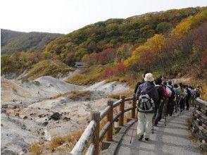 """[北海道,登別]走帶導登別溫泉的地獄""""徒步在地獄谷""""。"""