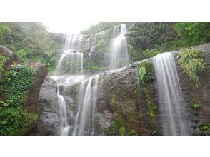 【沖縄・西表島】雄大に流れるユツン三段の滝 【ジャングルトレッキング 1日】