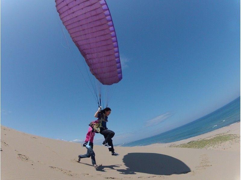 高さ数10メートルのフライト!鳥取砂丘でパラグライダー体験(半日スクール)の紹介画像