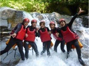 【群馬・水上】大自然のテーマパークで遊ぶ!シャワークライミング (キャニオニング) 半日コース