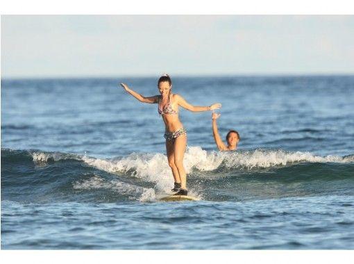 [地区通用优惠券] [冲绳/北谷]由世界冲浪联合会教练赞助!提供免费照片和可接送!体验冲浪课程の紹介画像