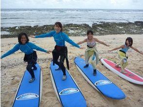 【沖縄/中頭郡】親子で一緒にサーフィンデビュー!ファミリー・サーフィンスクールの画像