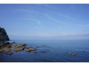 【北海道・ニセコ】初めてのシーカヤックツアー(積丹ブルーの海に漕ぎ出して洞窟探検へ行こう!)の画像