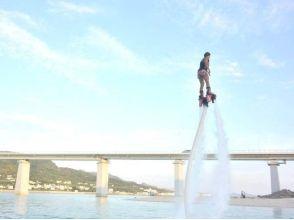 【沖縄・本部】水圧で空を飛ぶ!フライボード体験の画像