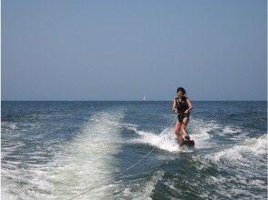 【神奈川・横浜】湘南で水面滑り! ウェイクサーフィンスクール(1~4時間・3名から)の画像