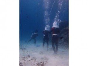 [恩納沖繩]海走在美人魚的心情!的圖像[從2小時所需要的時間可能參與,8歲]美之海美人魚遊