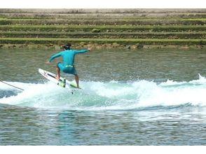 【香川・高松・内場ダム】初心者の方でも気軽にかっこよく滑れる!ウェイクサーフィン体験(30分)の画像