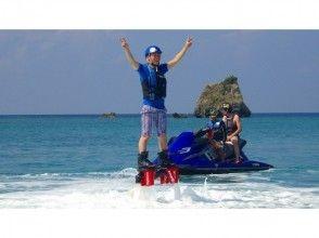【沖縄・北部エリア/名護/本部/瀬底島】もっと高い空へ!フライボード体験コース&パラセーリング体験の画像