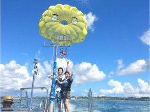 【沖縄・うるま市】大人気!東海岸で楽しめる!パラセーリングツアー!の画像
