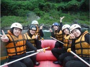 [熊本球磨川]漂流兩天的課程[特價午餐燒烤和天然溫泉浴場],在豐富的自然景觀享受