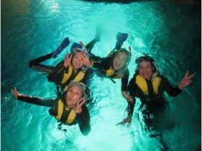 【沖縄・青の洞窟】ビーチから行く青の洞窟スノーケル(熱帯魚の餌付け&お魚説明つき)の画像