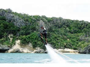 【Okinawa · Uruma City · Hamahigajima】 Board flying with water pressure! Image of hover board / HOVERBOARD