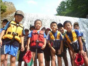 【福島・裏磐梯】4歳から参加OK!家族で楽しむ夏の川遊び!高森川ウォーターハンティング