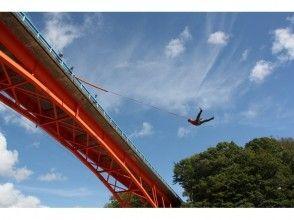 [Hokkaido Hidaka] jump toward the river! Image of the bridge swing experience