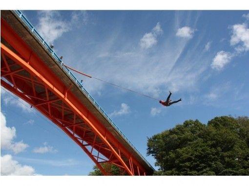 【北海道・日高】川に向かってジャンプ!ブリッジスウィング! 秋は絶景!紅葉ブリッジスウィング