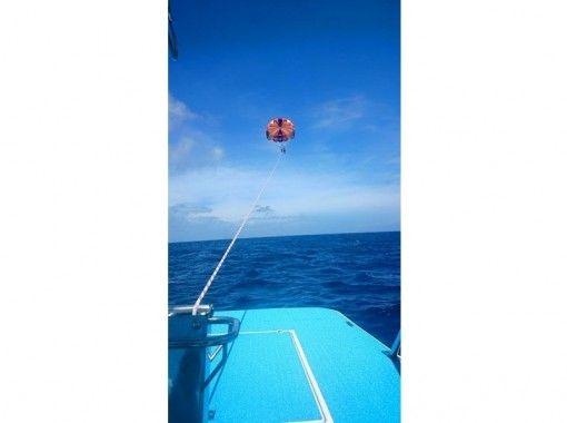 【沖縄・宜野湾】鳥になった気分で沖縄の空を全身で感じよう!パラセーリング冒険コース(高さ150m!)